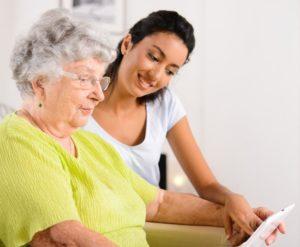 Сделки с жильем одиноких стариков предложили проводить через нотариуса